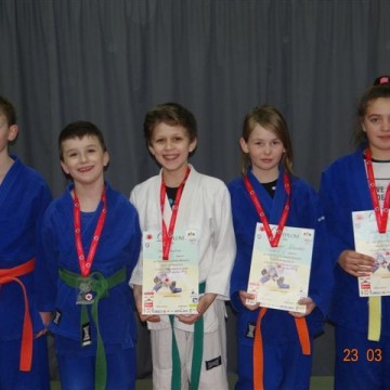 dzieci z medalami i dyplomami na zawodach judo