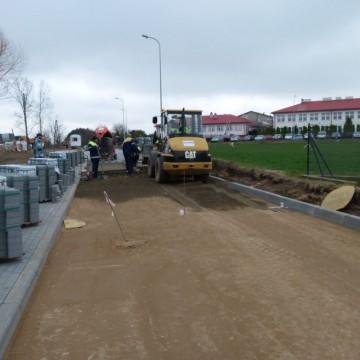 walec na drodze podczas przebudowy ulicy