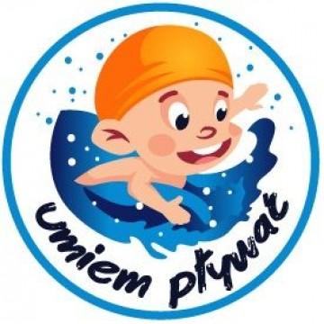 logo umiem pływać z małym chłopcem w żółtym czepku