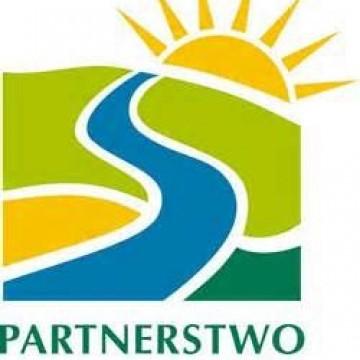 logo partnerstwa dorzecza słupi z zachodzącym za horyzontem słońcem