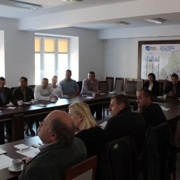 ludzie przy stole na spotkaniu zespołu strategicznego