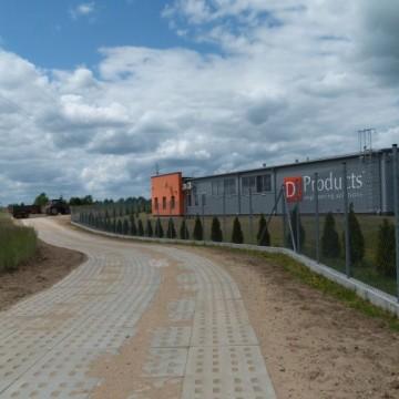 nowo wybudowana droga z płyt obok okręgowej stacji pojazdów