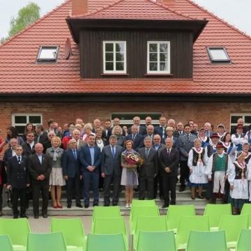 grupa ludzi pozująca razem do zdjęcia przed Centrum Edukacji i Promocji w Łupawsku