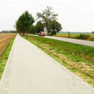 nowo wybudowana droga gminna  dla ruchu pieszego i rowerowego Łupawa – Malczkowo
