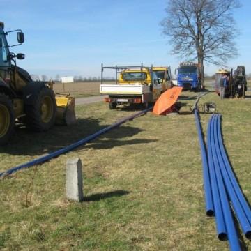 sprzęt budowlany stojący przy budowie połączenia wodociągów Grąbkowo II z Grąbkowem I