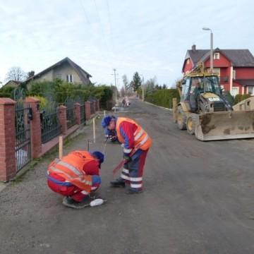 robotnicy podczas modernizacji dróg w Potęgowie