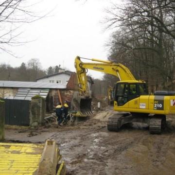 koparka podczas robót przy budowie sieci kanalizacji sanitarnej Poganice – Pałac